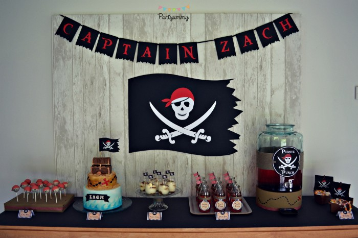 sweet-table-pirate-anniversaire-drapeau-tete-mort