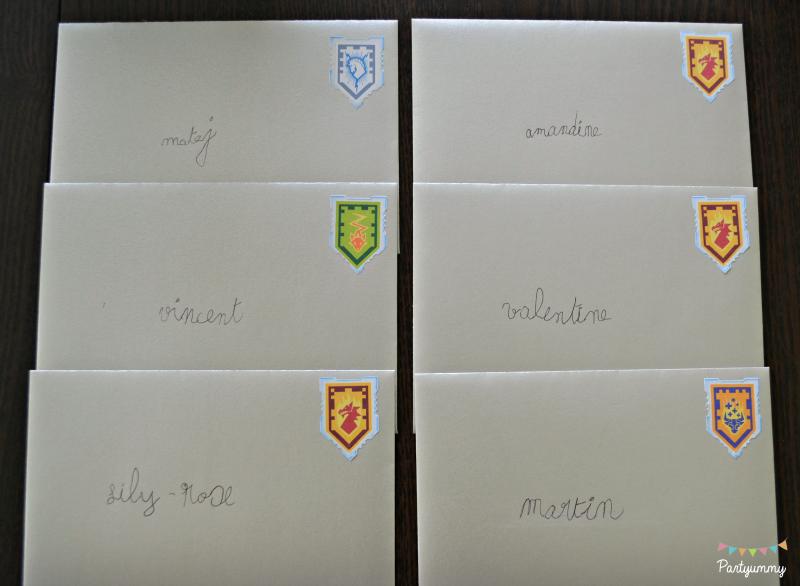 anniversaire-lego-nexo-knigths-invitation-enveloppe-boucliers-ecriture-prenoms