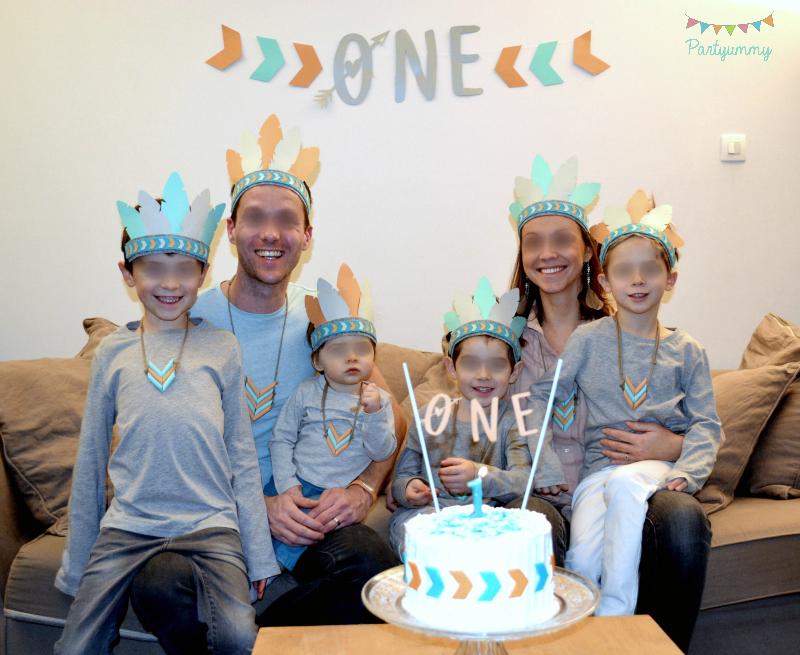 anniversaire-indien-photo-famille-protrait-family-coiffe-cake-gateau-banderole