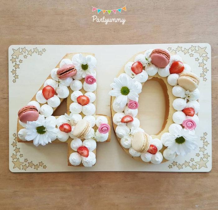 Number cake chiffre nombre 40 avec pâte sablés, chantilly, macarons, fraises et fleurs fraiches