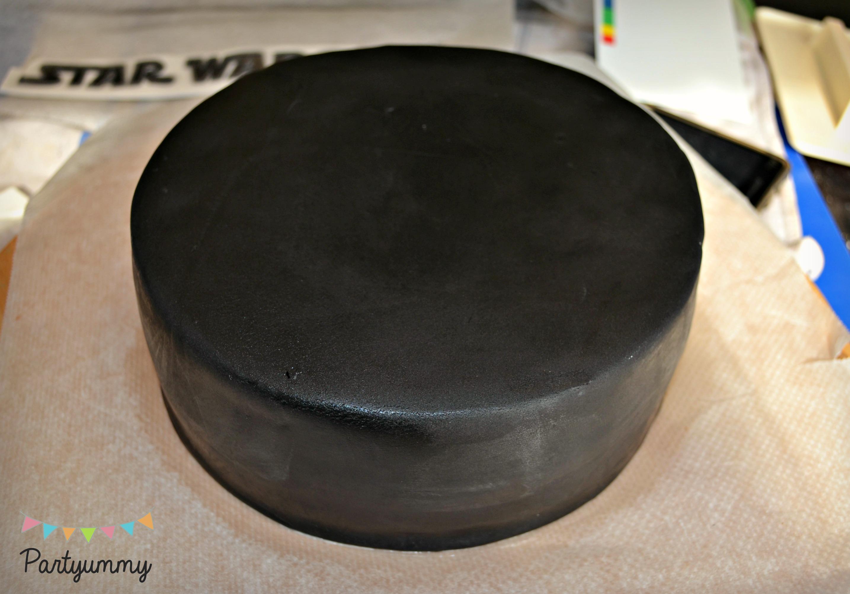 recouvrir-pate-a-sucre-noire-criso-gateau-brillant