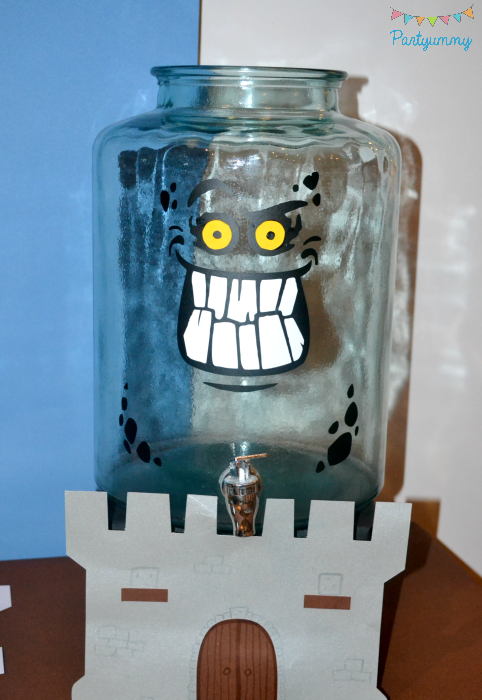 anniversaire-lego-nexo-knights-decor-chateau-drink-bar-bonbonne-burnzie-decoupe-stickers