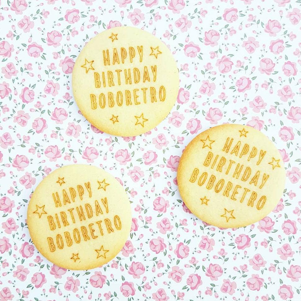 Biscuits avec message d'annonce gravé et personnalisé pour naissance mariage et anniversaire