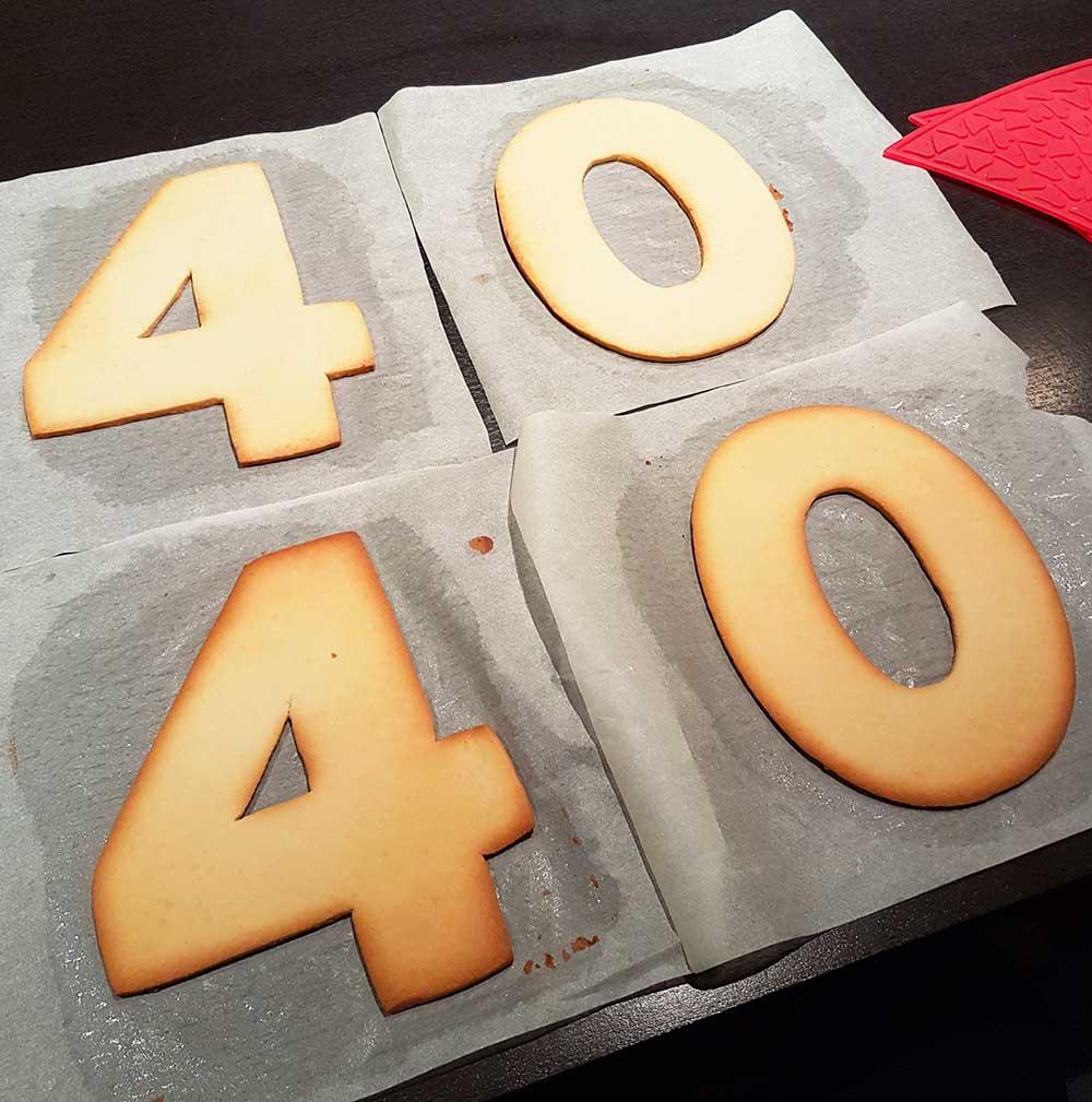Cuisson de pâte à sablés découpée dans un gabarit pour réaliser un number cake