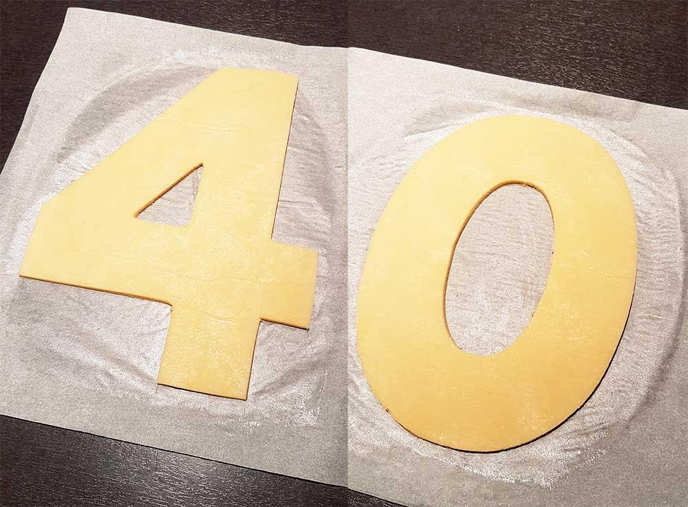 Découpe de pâte à sablés dans un gabarit pour réaliser un number cake