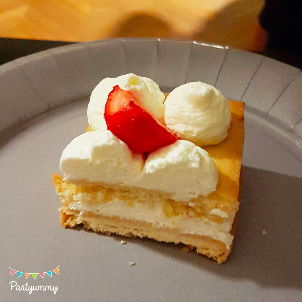 Découpe nette number cake chiffre nombre 40 avec pâte sablés, chantilly, macarons, fraises et fleurs