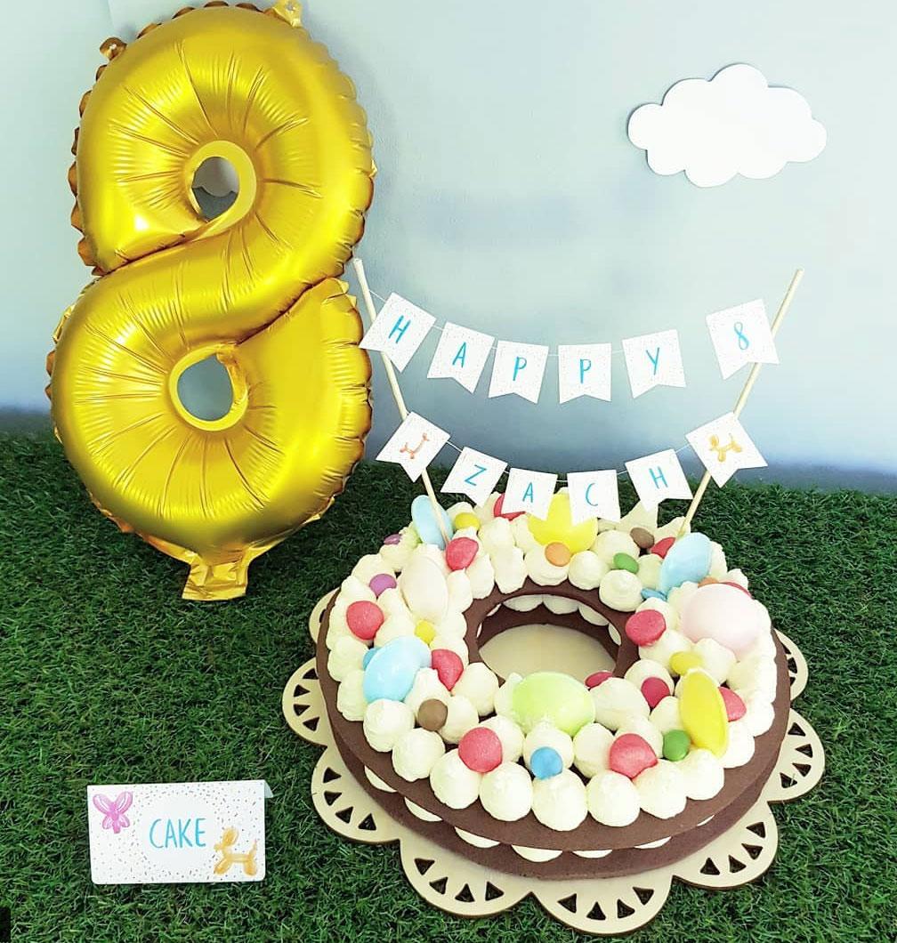 Number cake rond avec pâte sablés, chantilly mascarpone, bonbons et banderole