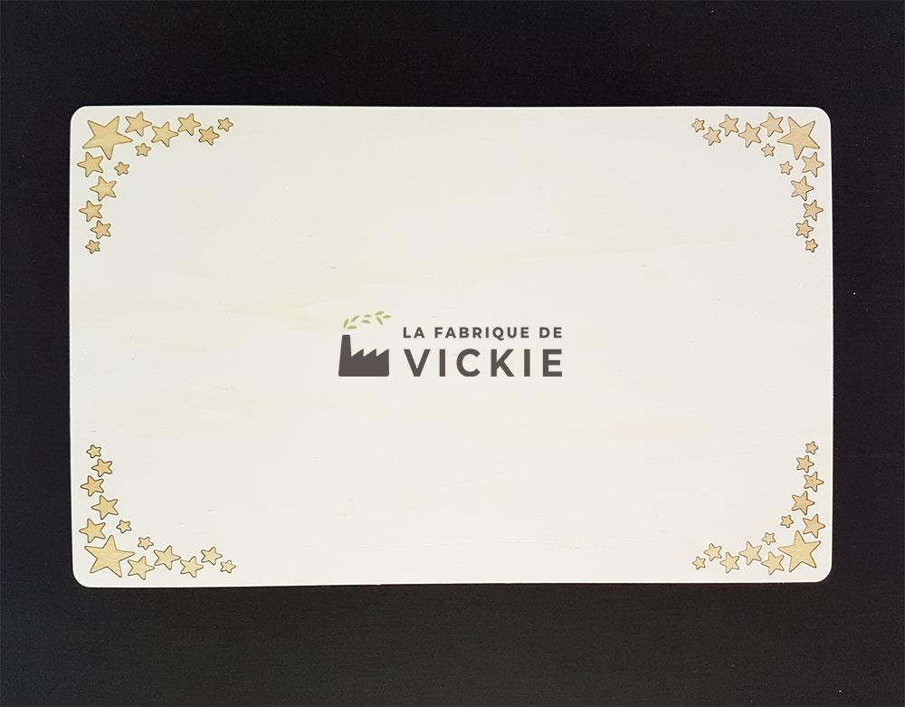 Support de gâteau et plateau en bois gravé avec des étoiles par la fabrique de Vickie