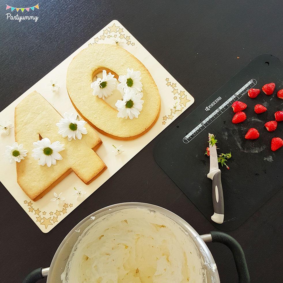 Tuto number cake chiffre nombre 40 avec pâte sablés, chantilly mascarpone, fraises et fleurs fraîches